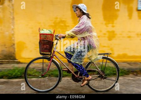 Einheimische Frau mit dem Fahrrad, Hoi an, Provinz Quảng Nam, Vietnam - Stockfoto