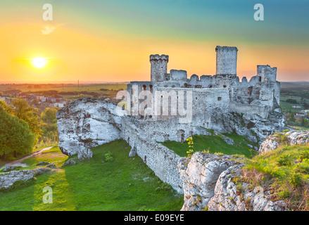Die alte Burgruine von Ogrodzieniec Festungen, Polen. - Stockfoto