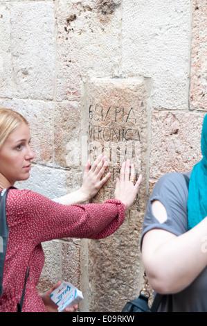 Altstadt von Jerusalem, Israel, Pilger an der 6. Station der Via Dolorosa Veronika wischt das Antlitz Jesu - Stockfoto