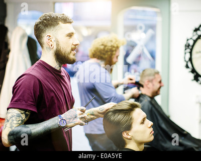 Friseur styling junge mans Haar - Stockfoto
