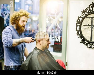 Friseur schneiden Reife mans Haar mit Klipper - Stockfoto