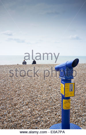 Teleskop auf Peeble Beach in Bognor Regis in West Sussex England - Stockfoto