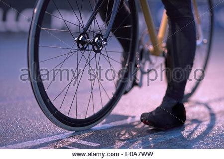 Junge weibliche Radfahrer wartet an der Startlinie Velodrom planmäßig - Stockfoto