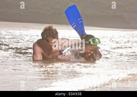 Junges Paar liegen im Meer, Schnorcheln tragen - Stockfoto
