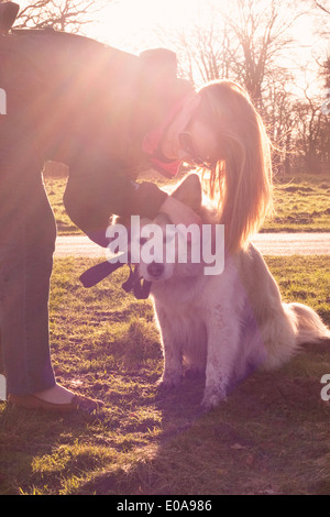 Mitte Erwachsene Frau streicheln ihre Pyrenäen-Berghund im freien - Stockfoto