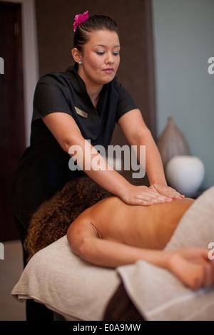 Junge Frau liegend auf der Vorderseite mit einer Massage im spa - Stockfoto