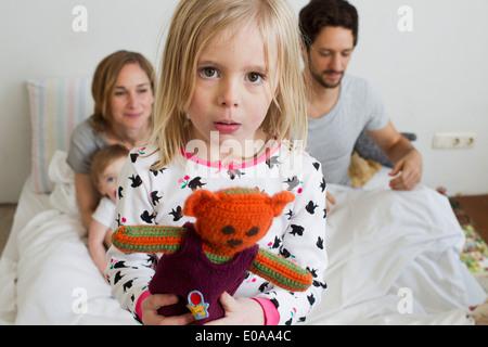 Porträt des mürrischen Mädchen auf ihrem Bett der Eltern