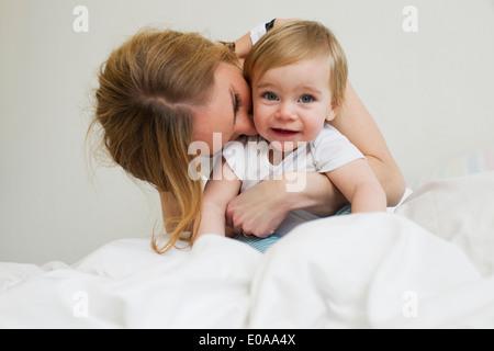 Porträt von Mitte Erwachsene Frau umarmt ihr Jahr alten Babymädchen - Stockfoto