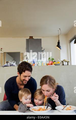 Familie mit zwei Töchtern Spaghetti Essen - Stockfoto