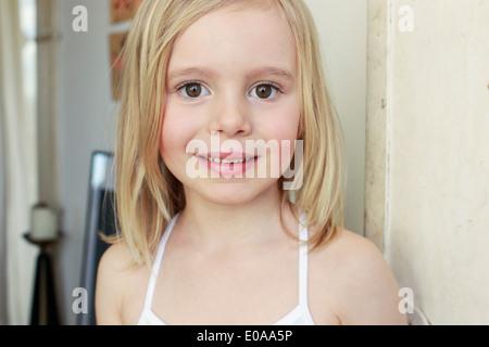 Portrait einer jungen blonden Mädchen mit einem müden