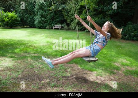 Teenager-Mädchen auf Schaukel - Stockfoto