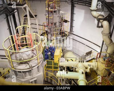 Ingenieure im Meerwasser Pumpstation des Kraftwerks, erhöhte Ansicht - Stockfoto