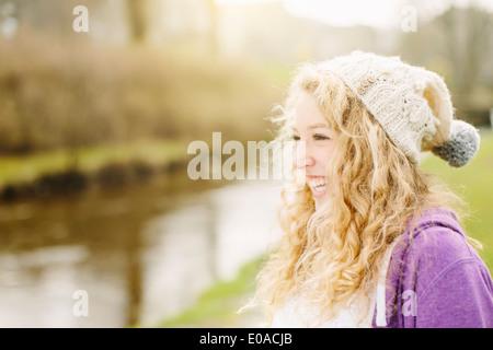 Porträt von lächelnden Mädchens durch ländliche Fluss - Stockfoto