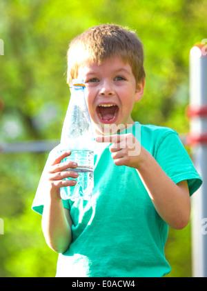 wenig glücklicher Junge - Stockfoto