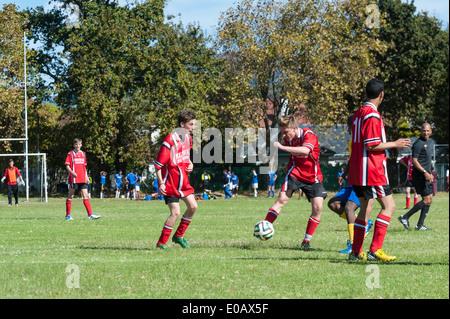 Südafrikanische Jugend-Fußball-Nationalmannschaft spielen gegen eine deutsche Mannschaft (in rot), Cape Town, Südafrika - Stockfoto