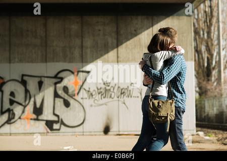 Teenager-paar umarmt - Stockfoto