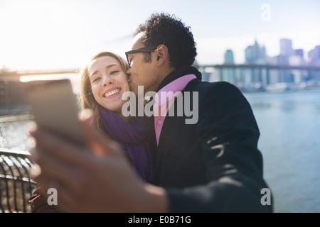 Junges Paar unter Selfie und küssen, New York, USA - Stockfoto