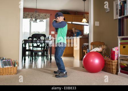 Porträt eines jungen üben Baseball im Wohnzimmer - Stockfoto