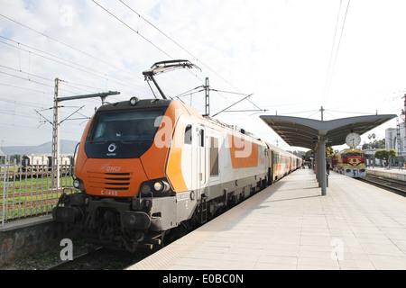 Der ONCF Zug an der Station der Fes in Marokko auf dem Weg nach Rabat. - Stockfoto