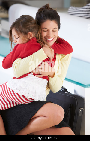 Tochter grüßt Mutter nach Rückkehr von der Arbeit - Stockfoto