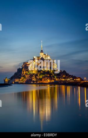 Dämmerung über Le Mont Saint Michel, Normandie Frankreich - Stockfoto