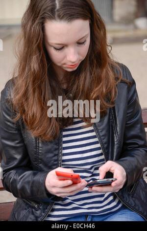 Jugendlichen mit Telefon - Stockfoto