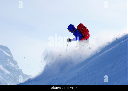 Junger Mann Abfahrt vom Berg Sulzspitze, Tannheimer Berge, Allgäuer Alpen, Tirol, Österreich - Stockfoto