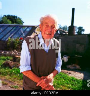 Älterer mann Gärtner 'Frank', in seinem Garten im Sommer Bishopston, Swansea, South Wales UK KATHY DEWITT - Stockfoto