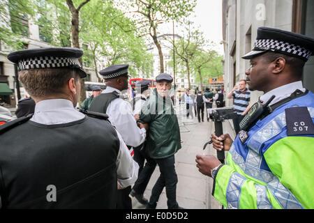 London, UK. 9. Mai 2014. Radikale Islamisten und britischen rechtsextremen Gruppen protestieren und clash außen - Stockfoto