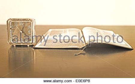 Aufgeschlagene Bibel über einen Tisch oder Schreibtisch wartet auf jemanden zu kommen und es zu lesen - Stockfoto