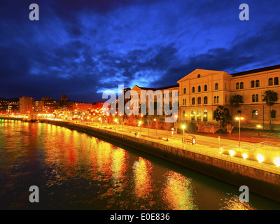 Nachtansicht der Universität von Deusto in Bilbao, Vizcaya, Baskisches Land, Spanien - Stockfoto
