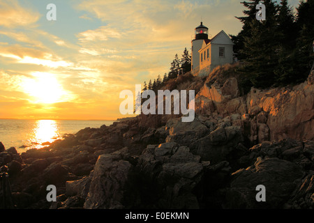 Sonnenuntergang am Bass Harbor Head Light, ein Leuchtturm im Acadia National Park an der Südostecke des Mount Desert - Stockfoto