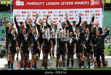 London, UK. 11. Mai 2014. Die Mannschaft aus Neuseeland Sevens (All Blacks) halten London 7 Gewinner Trophäe nach - Stockfoto