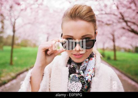 Schließen Sie herauf Bild der schönen jungen Frau, Blick in die Kamera. Junge kaukasischen weibliches Modell Sonnenbrille - Stockfoto
