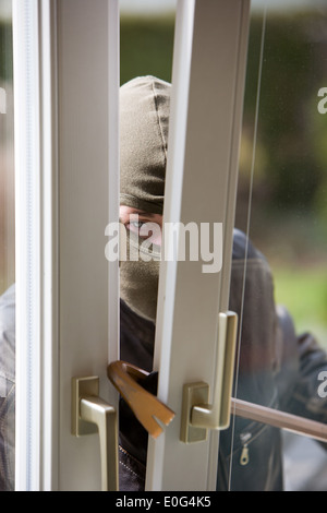 einbrecher in einem fenster housebreaker einbruch stockfoto bild 69196390 alamy. Black Bedroom Furniture Sets. Home Design Ideas