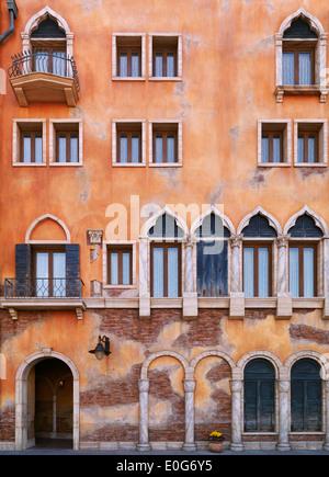 Wand mit Fenstern eines Gebäudes im venezianischen gotischen Baustil. Architektur Detail Textur.