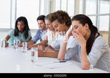 Unternehmen Menschen gähnen und gelangweilt - Stockfoto