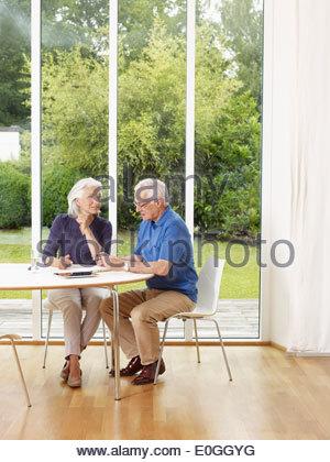 Paar auf einem Tisch, München, Bayern, Deutschland - Stockfoto
