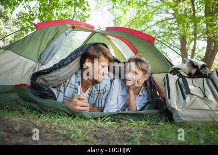 Süßes Paar liegen in ihrem Zelt Lächeln einander an - Stockfoto