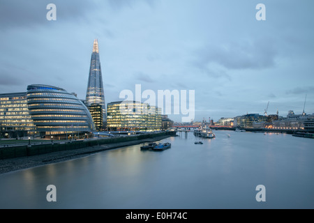 Blick über den Fluss Themse in Richtung Shard und Rathaus, Hochhaus, Stadt von London, England, Vereinigtes Königreich, Europa, Architekt Stockfoto