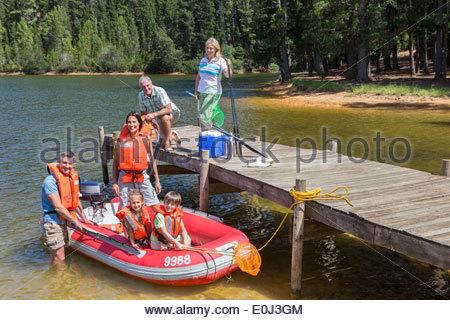Mehr-Generationen-Familie genießen Bootsfahrt auf - Stockfoto