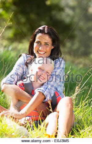 Mutter und Tochter, die Spaß am Landschaft wandern - Stockfoto