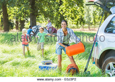 Generationsübergreifende Auspacken Familienauto auf Camping-Ausflug - Stockfoto