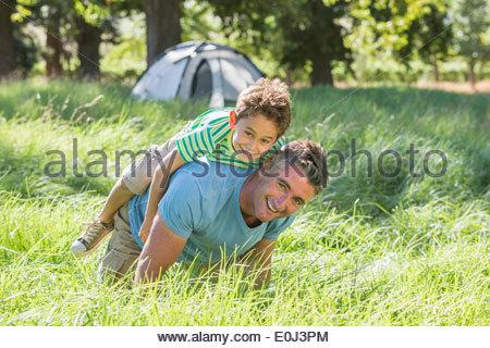 Vater und Sohn Spaß am Camping-Ausflug In die Natur - Stockfoto