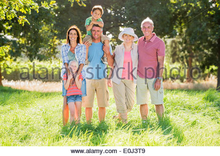 Mehr-Generationen-Familie Spaziergang In wunderschöner Landschaft - Stockfoto