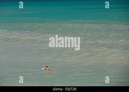 Eine Surfer wartet auf eine Welle auf seinem Surfbrett Folly Beach, SC - Stockfoto
