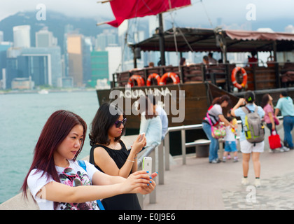 Hübsche junge weibliche Touristen macht Selfie in Hong Kong. - Stockfoto