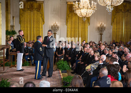 US Präsident Barack Obama stellt die Medal Of Honor Sergeant First Class Jose Rodela während der Medal Of Honor - Stockfoto