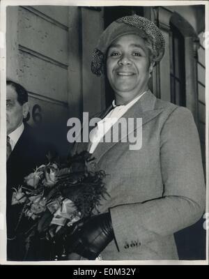 18. Mai 1953 - Königin von Tonga kommt für Krönung.: Königin Salote von Tonga - 20-Stein 6 ft. 3ins. Herrscher aus der Südsee, in London ist heute angekommen - die Krönung zu besuchen. Sie ist die einzige Person im britischen Commonwealth, abgesehen von Mitgliedern der königlichen Familie - wer ist berechtigt um zu sein '' Eure Majestät '' angesprochen. Königin Salote ist zu Gast bei der Regierung St. Jamas Palace. Das Foto zeigt Königin Salote, bei der Ankunft in London heute Nachmittag gesehen. Stockfoto
