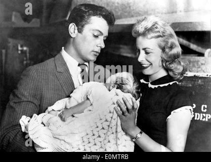 Schauspieler Tony Curtis und seine Frau Janet Leigh hält ihre Tochter Kelly Lee Curtis - Stockfoto